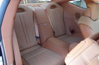 """後席は、独立式の2人掛けとなる。写真は「LC500h""""Lパッケージ""""」のもの。"""