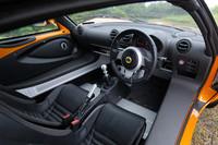 ロータス車おなじみのインテリア。幅広いサイドシルを跨ぎ、スマートに低いシートに身を収めるには、コツが必要だ。