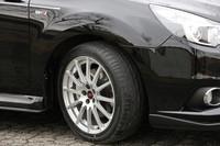 STI製の18インチホイール。テスト車には、STI製のフロントスポイラーに加え、ディーラーオプションのスカートリップ(1万500円)、サイドアンダースポイラー(5万7750円)、グレーのピンストライプ(1万2600円)が装着されていた。