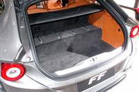 荷室容量は450〜800リッター。フル乗車の状態(写真)でも、2個のゴルフバッグと標準サイズのキャリーケースが積載可能だ。