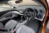 ツートーンカラーで軽快感を演出したという運転席まわり。スイッチ類をステアリングホイール付近に集中させるなど、機能面も配慮がなされる。(写真はCVTモデルのもの)