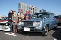 「多摩5」のシングルナンバー付き1965年式トヨペット・コロナ1500デラックス(3代目コロナ)を、3年落ちで購入して以来40年間乗り続けている伯母(おば)定夫さん。夫人、息子さん一家と3世代揃って来場。かつてはファミリーカーの代名詞的存在だったコロナにふさわしい、心温まる光景である。