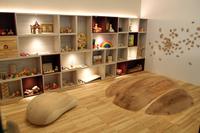 キッズルームも完備。棚には、天然素材を使った様々なおもちゃが並ぶ。