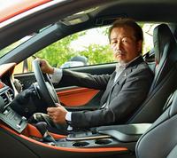 """<プロフィール> 1977年入社。「クラウン」、初代および2代目「セルシオ」(LS400)の振動騒音開発に従事した後、 「チェイサー ツアラー」系、「プログレ」等の車両性能開発のまとめを担当した。レクサスセンターの立ち上げに参加し、「IS F」を提案。プレミアムスポーツブランド""""F""""を立ち上げ、車種別に存在していたスポーツグレードを""""Fスポーツ""""に統一した。"""