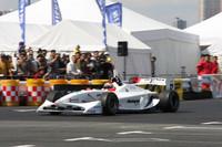 イベント開催時点でフォーミュラ・ニッポンのドライバーズ選手権でポイントリーダーであるナカジマレーシングの小暮卓史選手が、狭いコースでめいっぱいの加速を見せた。