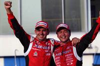 ポール・トゥ・ウィンで今季3勝目をあげ、ゴール後喜びを爆発させるNo.23 XANAVI NISMO GT-Rのブノワ・トレルイエ(左)と本山哲。