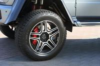 タイヤサイズは325/55R22。トレッドは標準モデルが前後とも1540mmなのに対し、「G550 4×4²」では前が1760mm、後ろが1780mmに拡幅している。