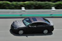 今回の試乗は、トヨタ自動車のテストコースで行われた。写真は、高速周回路をゆく新型「レクサスGSハイブリッド」。プレプロトタイプとなる試乗用車両には、マスキングが施されている。