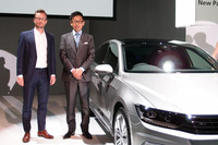 東京都内で行われた発表会には、フォルクスワーゲン グループ ジャパンの庄司 茂社長(右)のほか、フォルクスワーゲン本社のデザイナー、ダニエル・シャルフシュヴェアト氏(左)が出席した。