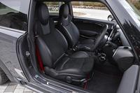 シートはレカロ製の専用品。ヒーターを内蔵しており、寒い日でも快適にドライブを楽しめる。
