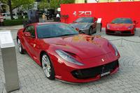 フェラーリの最新モデルも展示されている。写真手前は「812スーパーファスト」。