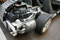 ダイレクト・フューエル・インジェクション方式、つまり直噴システムを採用した水平対向6気筒エンジン。最高出力は、従来型より3.6リッターで20ps増の345ps、3.8リッターで30ps増の385psへと大幅に進化した。