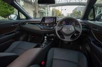 前衛的なエクステリアデザインに対して、インテリアは落ち着いた色調を採用。ナビ画面やエアコンの操作パネルなどは、運転席側に傾けて設置されている。