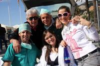 受付は毎年仮装で盛り上げる。今年は「手術医」。手前一番左が地元オーガナイザーのピエールパオロさん、その隣の白衣は彼女のエレオノーラさん。