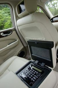 後席アームレストに収まるリモコンで、オーディオやTVなど、リアのマルチメディア関連を集中コントロールできる。AV端子も備え、TVゲームや携帯MP3プレーヤーなどを接続することも可能だ。