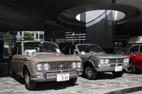 新車当時からのシングルナンバーを付けた1964年「ダットサン・ブルーバード1200デラックス」と1969年「日産ローレル1800デラックスB」。ちなみに「神」ナンバーは、「横浜」ができる以前の「神奈川」の略で、「神戸」ではありません。