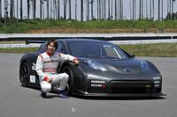 スーパーGTドライバーの松田次生選手が「リーフ ニスモ RC」の開発ドライバーを務める。「キーンという音は室内でもよく聞こえています。振動がないところがエンジン車と一番違うところですね」