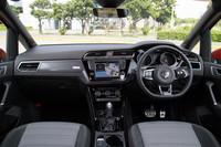 インテリアの仕立ても他のグレードとは異なり、同車専用の装飾パネルやステアリングホイール、アルミ調ペダルクラスターなどが備わる。