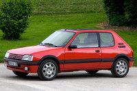 「プジョー205」 1983年にデビューしたプジョーの小型ハッチバック。デザインにはピニンファリーナが関わっている。強力なエンジンを搭載したモデルやカブリオレなどさまざまなタイプがあり、日本でも人気となった。