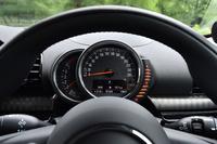 ドライバーの正面には、小さな独立型の計器盤が置かれる。中央の円形メーターは速度計で、左側がエンジン回転計、右側の目盛りは燃料計。