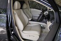 前席には、電動ランバーサポート付きの8way調整式パワーシートが用意される。