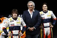 チームのボス、フラヴィオ・ブリアトーレを中心に、フェルナンド・アロンソ(左)とネルソン・ピケJr(右)。歴史的に、ルノーはふたりにイコールコンディションを与えないチーム。マクラーレンで痛い目にあったアロンソにとっては絶好の場所かもしれない。(写真=Renault)
