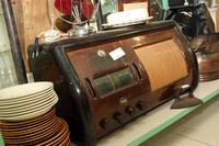 以前紹介したシエナのリサイクル店に埋もれていた、古い家庭用ラジオ。選局表示窓の部分には「Tokyo」の文字も。自国の放送局数が限られている頃、ラジオに夢の翼を託した人々の気持ちがうかがえる。