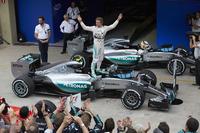 ブラジルGPで2年連続ポール・トゥ・ウィンを達成したメルセデスのニコ・ロズベルグ。今季5勝目を挙げ、最終戦を残しドライバーズランキング2位を確定させた。(Photo=Mercedes)