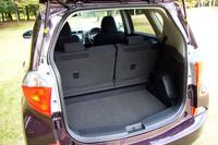 床面の高さを120mm変えられる「アジャスタブルデッキボード」を下げたところ。荷室側からもワンタッチ操作でリアシートを畳むことができる。