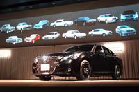 フロントまわりのデザインは、「ロイヤル」と「アスリート」(写真手前)とで異なる。上方のスクリーンに見えるのは、過去13台の歴代「クラウン」。