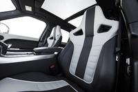標準装備となるウィンザーレザー製のスポーツシート。写真の白/黒のツートンカラーをはじめ、全4種類のカラーバリエーションが用意される。