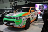 ひさびさの出展となる三菱のブースから。写真は、中央に展示された「アジアクロスカントリーラリー2013 サポートカー」仕様の「三菱アウトランダーPHEV」。