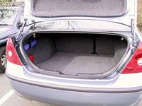 ちょっと前のめりで挑戦的なスタイル。トランクは、2本のダンパーを使い、ヒンジによるデッドスペースが生じることを避ける。