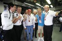 観客の入りはいまひとつだったが、母国でメルセデス1-3フィニッシュ。写真は、ブラジルのワールドカップでドイツ代表として戦ったルーカス・ポドルスキ(右から2番目)を囲みご満悦の、ダイムラーAGディーター・ツェッチェ会長(一番右)らメルセデス首脳陣。(Photo=Mercedes)