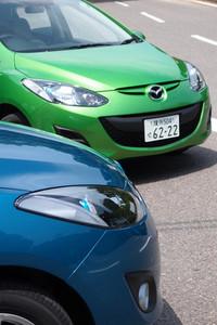 わずかにフロントまわりのデザインが変更された「マツダ・デミオ」。ヘッドランプ内の青いリングは、新グレード「13-SKYACTIV」のみに与えられる。