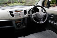 ワゴンRのインストゥルメントパネル。「ワゴンRスティングレー」も含め全車がインパネシフト方式のCVTを採用する。