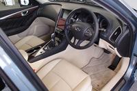 運転席周りの様子。2段構えのディスプレイを持つセンターコンソールなど、基本的なデザインはハイブリッド車と共通である。