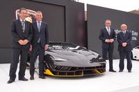 フォトセッションのひとこま。写真右から、三菱レイヨンの越智 仁社長、アウトモビリ・ランボルギーニのステファノ・ドメニカリCEO、マウリツィオ・レッジャーニ研究・開発部門担当取締役、三菱レイヨンの中越 明コンポジット製品事業部長。