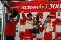 GT500チームチャンピオン、ドライバーズチャンピオンを決めたニスモ監督とともに喜びをわかちあうNo.1ザナヴィニスモZの本山とライアン。