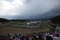 スタート直後、遠くに見える蔵王連山からの黒い雲がサーキットを覆うように広がり、稲光と雷鳴がとどろいた。