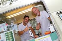 ケータリング式ジェラテリア「Frullallà(フルッララー)」の店主ロベルト・ロージさん(写真右)と、おいっ子のジャンルーカさん。