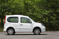 2007年に各国のモーターショーに展示されたコンセプトカー「カングー・コンパクト コンセプト」の市販型が「カングー ビボップ」。9月9日より日本での販売開始となる。ざっくり言えば「ルノー・カングー」の短縮版。リアのスライドドアを廃したかわりに、オープンエアを楽しむための装備が加わる。ボディカラーはツートンで、3色が用意される。また、発売を記念して2色の限定色が各15台、合計で30台用意される。生産は、カングーと同じくフランスのモブージュ工場で行われる。