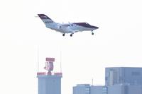 羽田空港への着陸態勢をとる「ホンダジェット」。