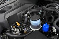 尿素水の補充はエンジンルームから行う。自分で補充することも可能だが、説明書ではトヨタの販売店での補充が推奨されている。なお、尿素水の残量がなくなるとエンジンがかからなくなるので要注意。