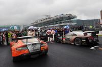 レースを戦い終えた、両クラスの覇者。GT500のNo.1 S Road REITO MOLA GT-R(写真右)と、GT300クラスのNo.66 triple a vantage GT3(写真左)。