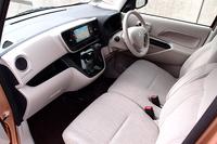 「eKスペース」のインテリア。標準車のシートの座面にはっ水加工が施されている。