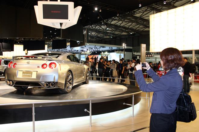 日本車チカラの象徴、「日産GT-R」は中国のメディアにも注目の的。とりわけ女性に人気が高かった。生まれ故郷では「オトコのクルマ」というイメージが強いだけに意外。全国の「R」使いのみなさん、中国に行けばモテモテ間違いなしですよー。