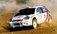 コリン・マクレー、カルロス・サインツ、そしてピエロ・リアッティがドライブするフォーカスWRC(ワールドラリーカー)。ギアボックスを縦置きにしたスペシャルモデルである。
