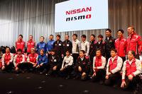 発表会でフォトセッションに臨む、日産系レーシングチームの監督およびドライバー。