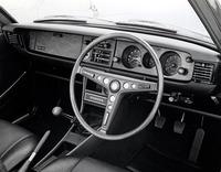 70年5月、スプリンターの独立に伴い新設された「カローラ・クーペ1200SL」のインパネ。木目化粧板にタコメーターを含む3連メーターを備えている。スプリンター版もエンブレムが異なるのみである。